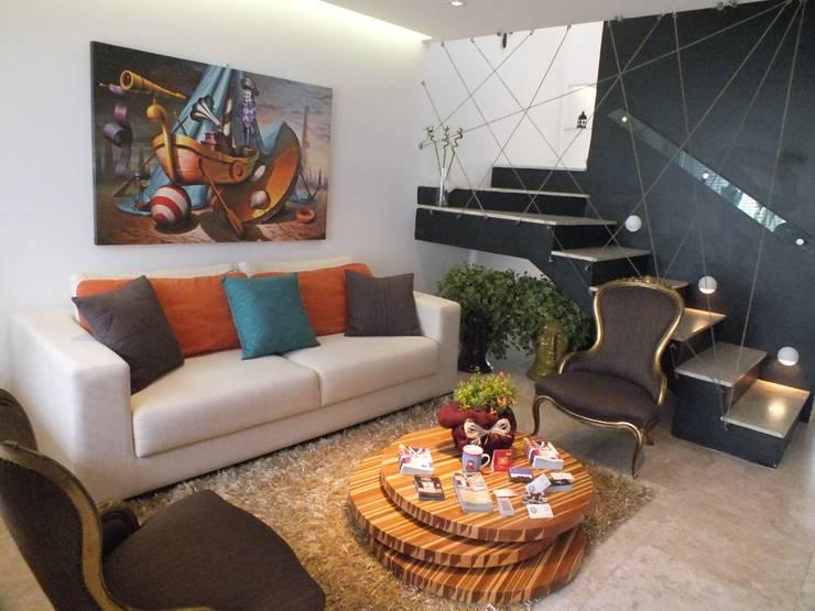 现代客厅設計點子、靈感 & 圖片 根據 Arquitetura Ecológica 現代風