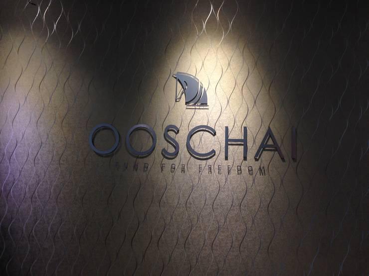 Logo Recepção - Escritório OOSCHAI - Brasil: Espaços comerciais  por Dunder Koch Arquitetura