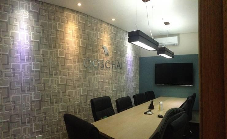 Sala de reunião - Escritório OOSCHAI - Brasil: Espaços comerciais  por Dunder Koch Arquitetura