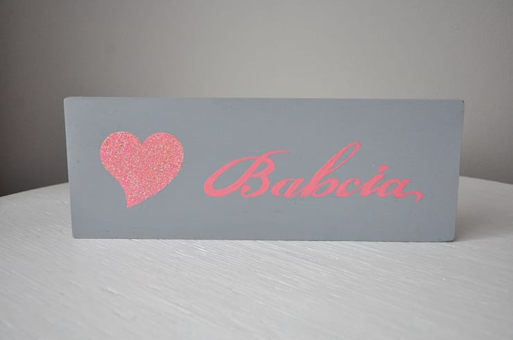 Tabliczka dekoracyjna, drewniana deseczka z napisem <3 Babcia.: styl , w kategorii Salon zaprojektowany przez Miss Vintage