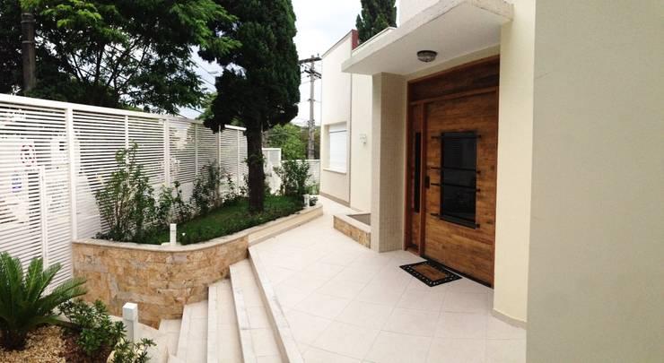 Fachada - Residência Tucuruvi - São Paulo - Brasil : Casas  por Arquitetura Ecológica,Moderno