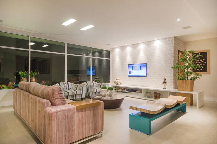 Salas multimedia de estilo moderno por Fábrica Arquitetura