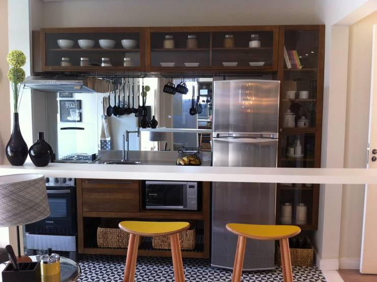 Decorado 60m²: Cozinhas ecléticas por Fabiana Rosello Arquitetura e Interiores