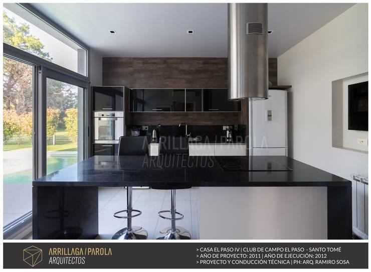 Casa El paso IV: Cocinas de estilo moderno por ARRILLAGA&PAROLA