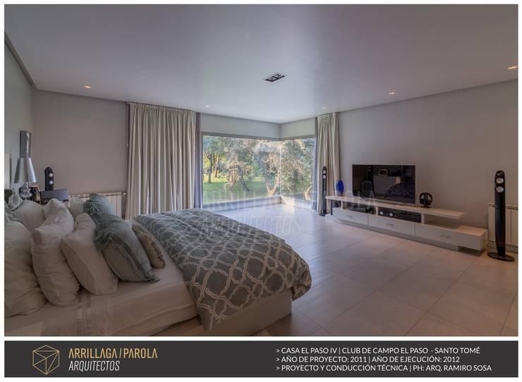 Casa El paso IV: Dormitorios de estilo moderno por ARRILLAGA&PAROLA