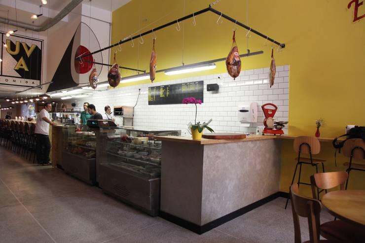Restaurante Ovo e Uva: Espaços gastronômicos  por Fabiana Rosello Arquitetura e Interiores