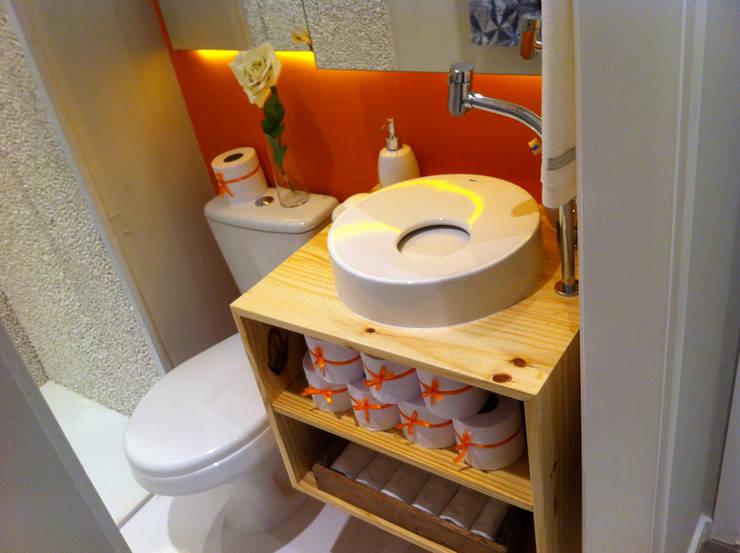 Decorado 49m²: Banheiros  por Fabiana Rosello Arquitetura e Interiores