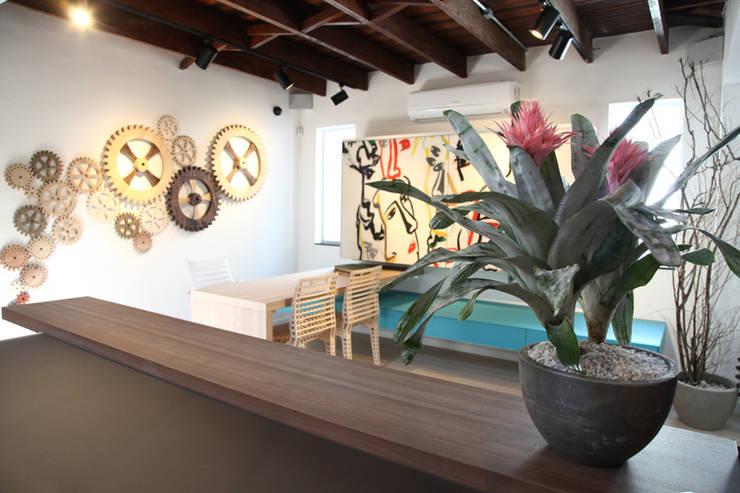 Valcucine Brasil: Lojas e imóveis comerciais  por Fabiana Rosello Arquitetura e Interiores