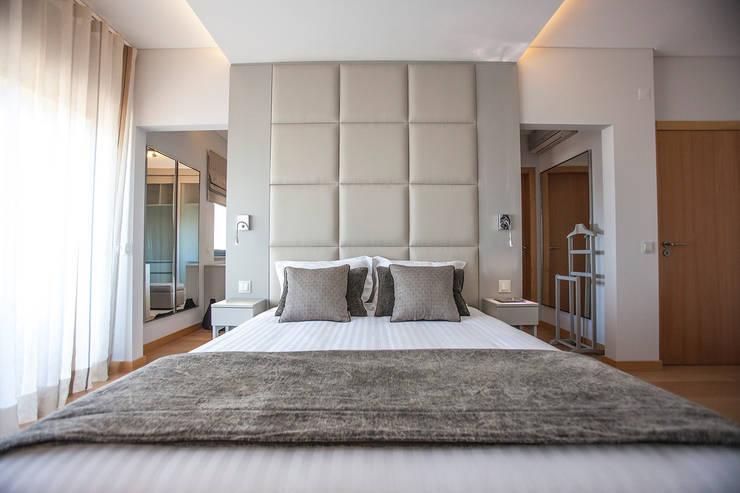 Suite & Closet: Quarto  por ÀS DUAS POR TRÊS