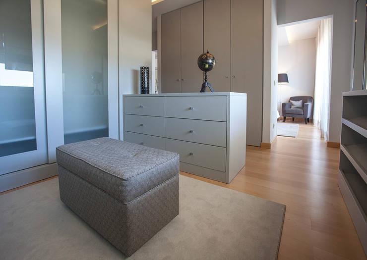 Camera da letto in stile  di ÀS DUAS POR TRÊS