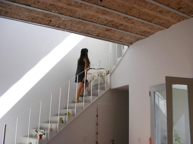 Perforación del entre piso: Pasillos y recibidores de estilo  por PERSPECTIVA