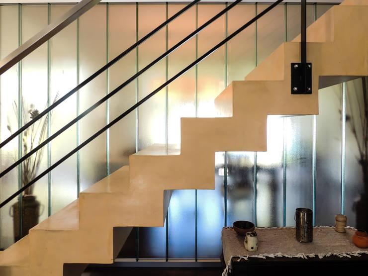 CARBONE HOUSE: Livings de estilo moderno por Carbone Fernandez Arquitectos