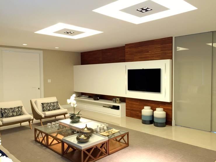 AH HOUSE: Salas de estar  por Hipérbato Arquitetura