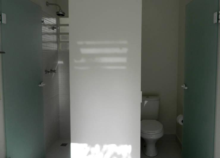 Residência 500m²: Banheiros  por Fabiana Rosello Arquitetura e Interiores