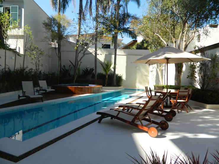 Residência 500m²: Piscinas  por Fabiana Rosello Arquitetura e Interiores