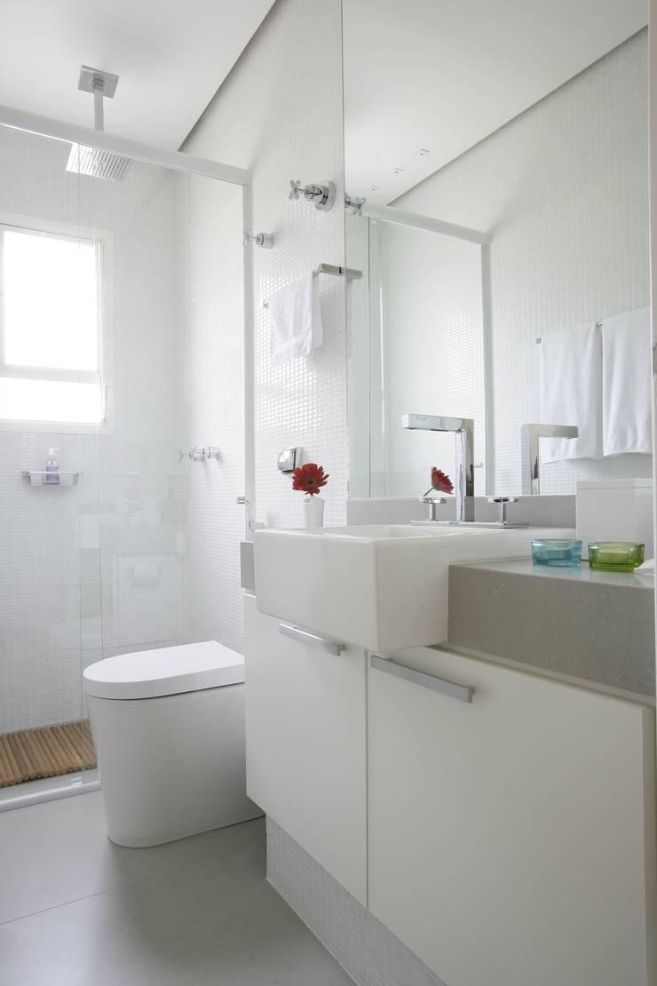 Apartamento Guarujá: Banheiros  por Antônio Ferreira Junior e Mário Celso Bernardes,