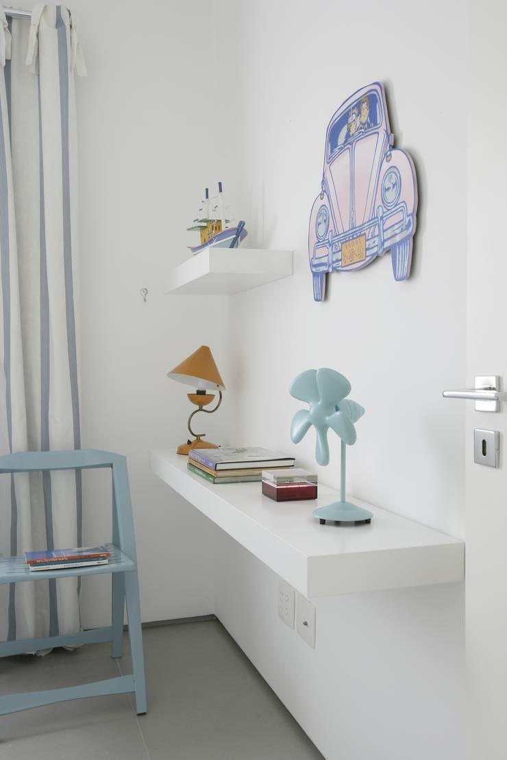 Apartamento Guarujá: Quartos  por Antônio Ferreira Junior e Mário Celso Bernardes,