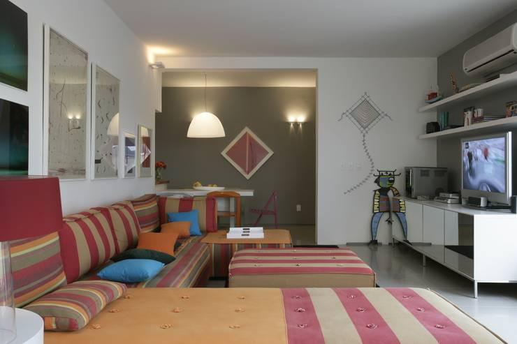 Apartamento Guarujá: Salas de estar  por Antônio Ferreira Junior e Mário Celso Bernardes,