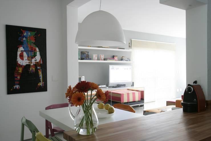 Apartamento Guarujá: Cozinhas  por Antônio Ferreira Junior e Mário Celso Bernardes,