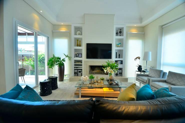 Soluções equilibradas: Salas de estar  por Marcelo Minuscoli - Projetos Personalizados,