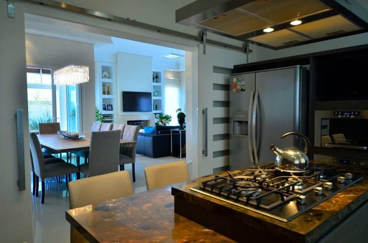 Soluções equilibradas: Cozinhas  por Marcelo Minuscoli - Projetos Personalizados,
