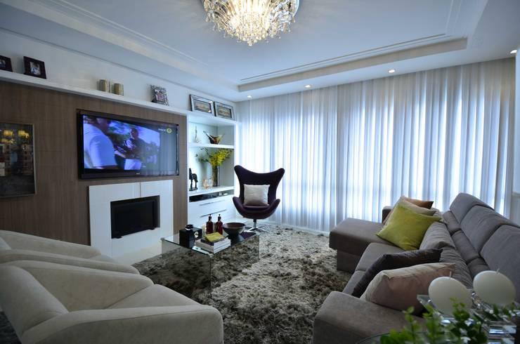 Versátil e luminoso: Salas de estar  por Marcelo Minuscoli - Projetos Personalizados,