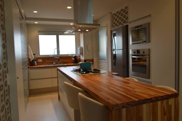 Apartamento 294m²: Cozinhas  por Fabiana Rosello Arquitetura e Interiores,