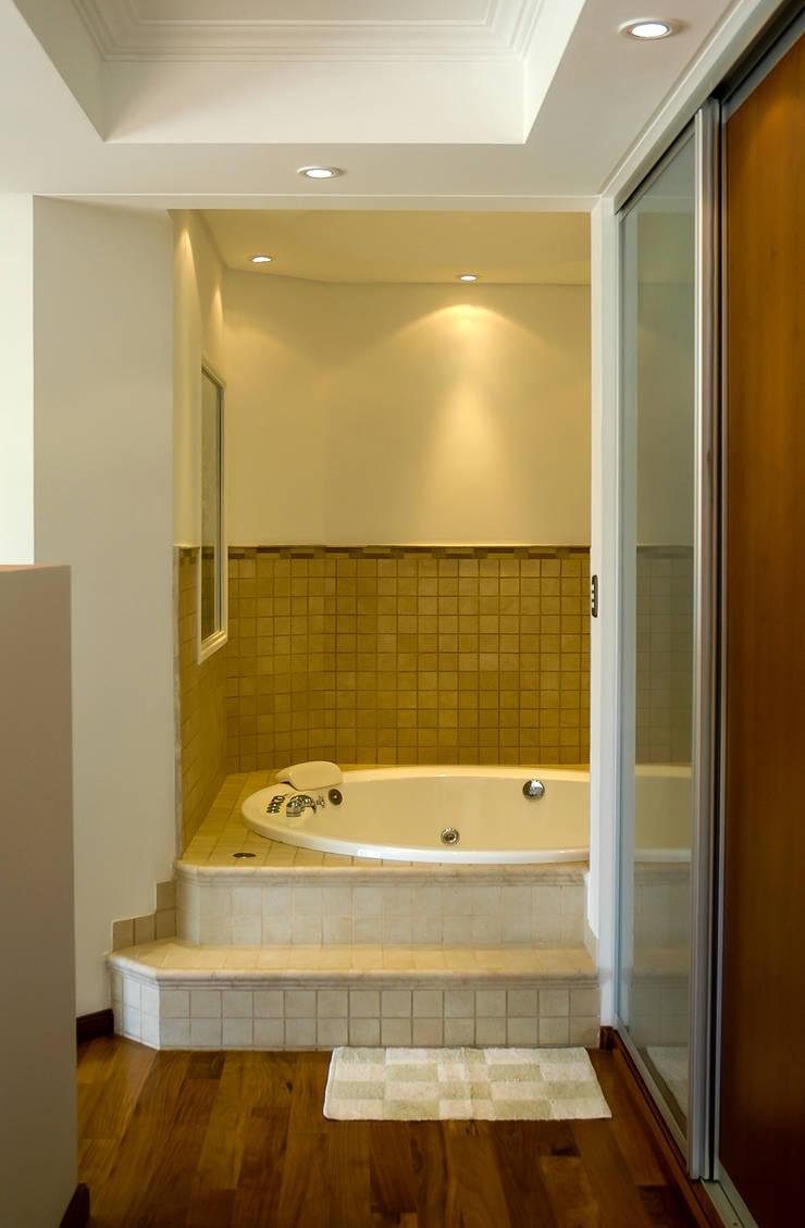 LEVALLE HOUSE: Baños de estilo  por Carbone Fernandez Arquitectos,Moderno