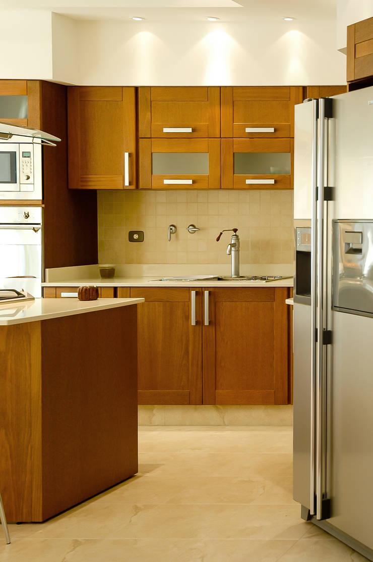 LEVALLE HOUSE: Cocinas de estilo  por Carbone Fernandez Arquitectos,Moderno
