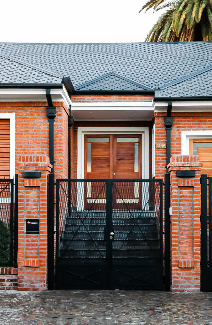 LEVALLE HOUSE: Casas de estilo  por Carbone Fernandez Arquitectos,Moderno