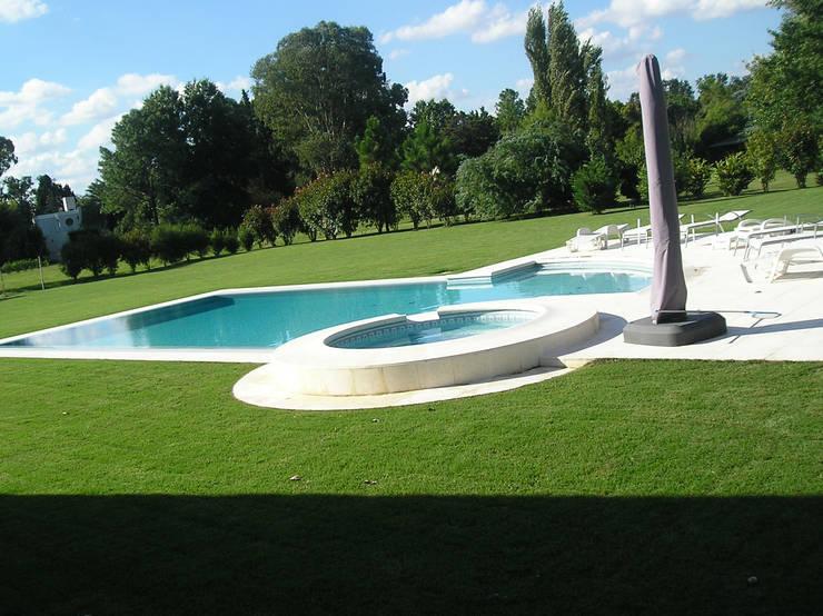 GRECO HOUSE: Piletas de estilo  por Carbone Fernandez Arquitectos,