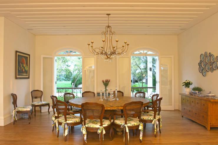 Sala da pranzo in stile In stile Country di Célia Orlandi por Ato em Arte