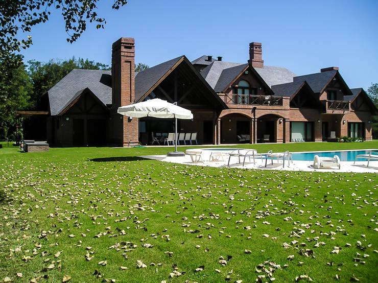GRECO HOUSE: Casas de estilo  por Carbone Fernandez Arquitectos,