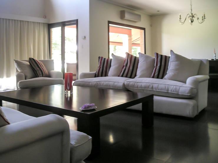 GRECO HOUSE: Livings de estilo  por Carbone Fernandez Arquitectos,