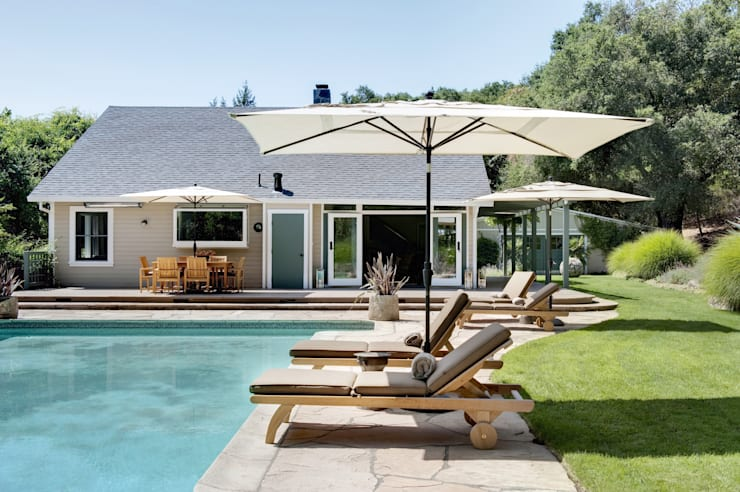 Casa em Sonoma, California: Piscinas ecléticas por Antonio Martins Interior Design Inc