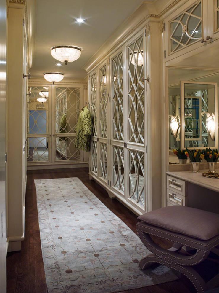 Casa em Nob Hill, Sao Francisco: Closets  por Antonio Martins Interior Design Inc