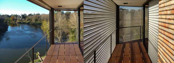 Casa Aity Balcones y terrazas rústicos de Arcubo arquitectos Rústico