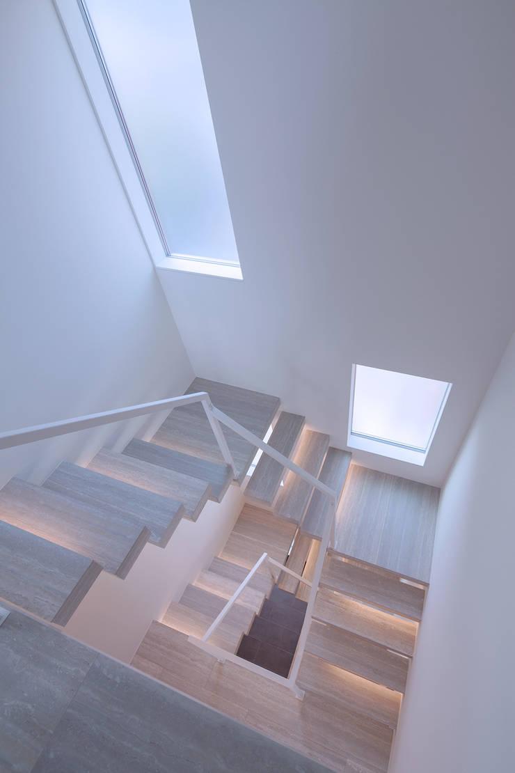 Y8-house「木と石の家」: Architect Show co.,Ltdが手掛けた廊下 & 玄関です。,