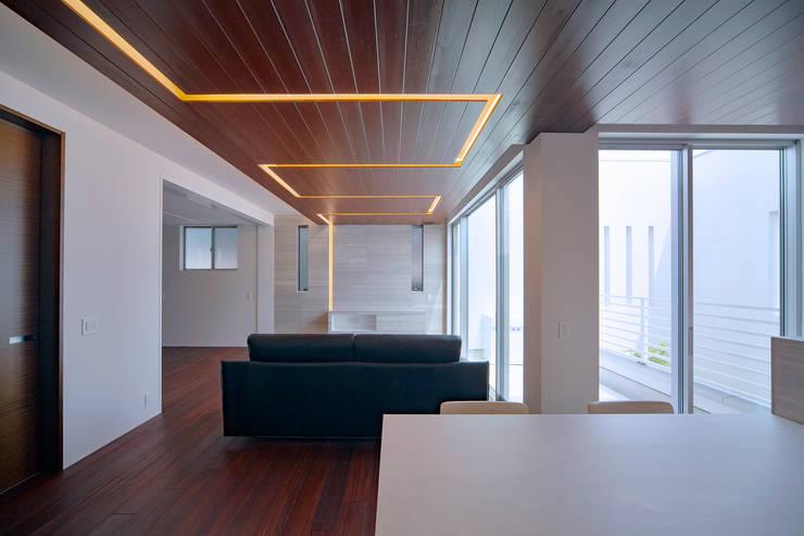 Y8-house「木と石の家」: Architect Show co.,Ltdが手掛けたダイニングです。,