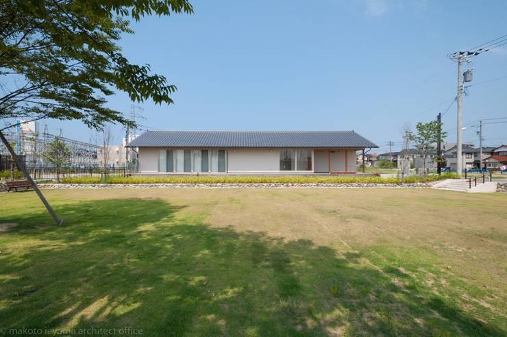 隣接する公園からの外観: 家山真建築研究室 Makoto Ieyama Architect Officeが手掛けた家です。