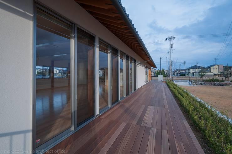 ウッドデッキ: 家山真建築研究室 Makoto Ieyama Architect Officeが手掛けたベランダです。