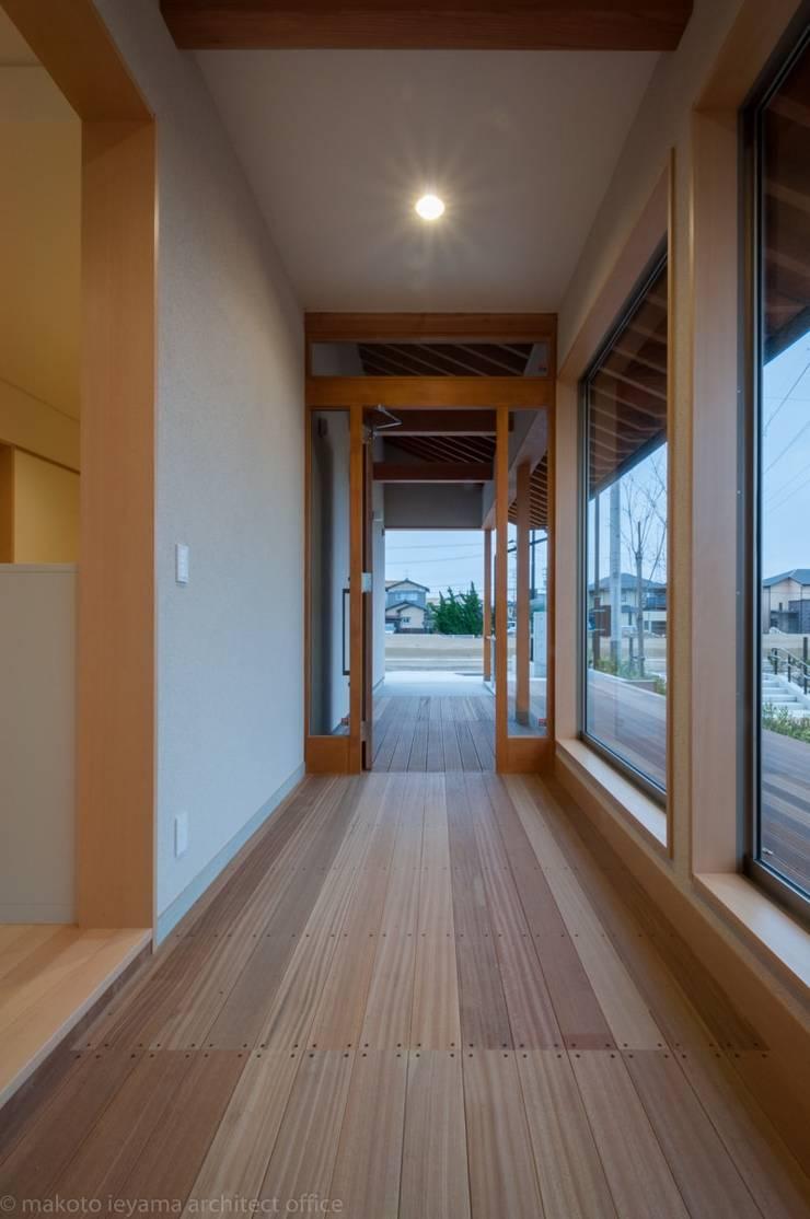 ウッドデッキの玄関: 家山真建築研究室 Makoto Ieyama Architect Officeが手掛けた廊下 & 玄関です。