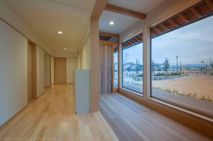 玄関に続く廊下: 家山真建築研究室 Makoto Ieyama Architect Officeが手掛けた廊下 & 玄関です。