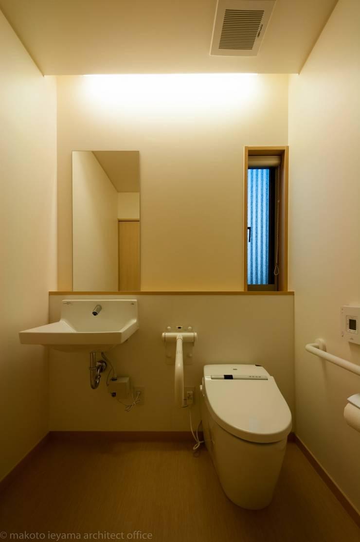 多目的トイレ: 家山真建築研究室 Makoto Ieyama Architect Officeが手掛けた浴室です。