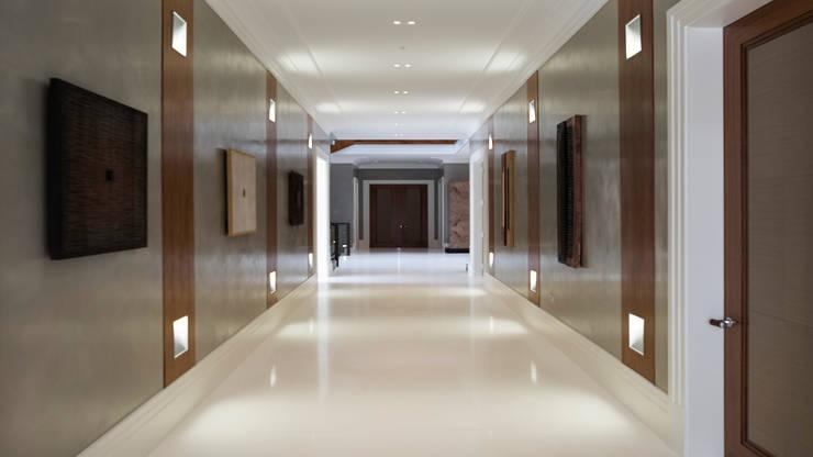 Pasillos y vestíbulos de estilo  por Keir Townsend Ltd.