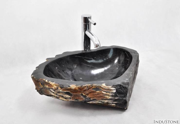 Umywalki kamienne i mozaika Fossil Wood: styl , w kategorii Łazienka zaprojektowany przez Industone.pl