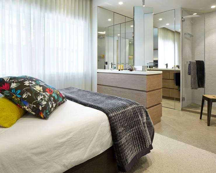 VIVIENDA URBANA ZONA ALTA BARCELONA: Dormitorios de estilo mediterráneo de Molins Interiors