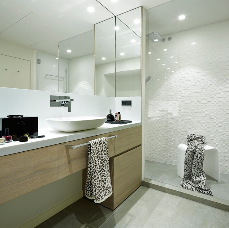 VIVIENDA URBANA ZONA ALTA BARCELONA: Baños de estilo  de Molins Interiors