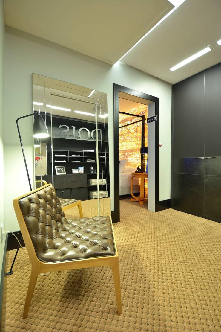 Suíte DOIS (em masculino): Closets  por Marcelo Minuscoli - Projetos Personalizados,