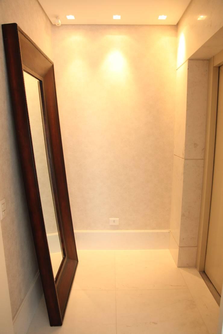 Apartamento 285m²: Corredor, vestíbulo e escadas  por Fabiana Rosello Arquitetura e Interiores